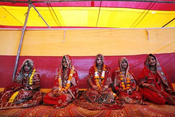 Matrimonio di massa a Bhopal in India. Le giovanissime spose sfuggirebbero cosi' a poverta' e prosti