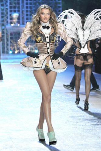 E' andato in scena a New York con mille effetti speciali l'attesissimo Fashion Show di Victoria's