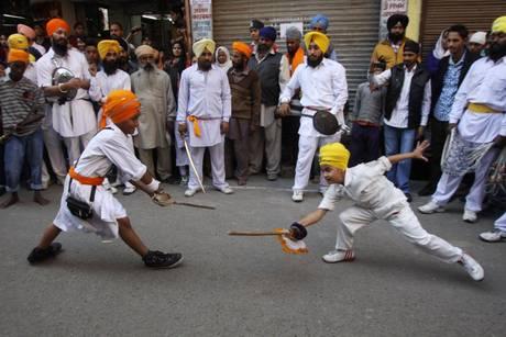 India: processione ad Amristar per l'anniversario della nascita del primo maestro Sri Guru Nanak Dev