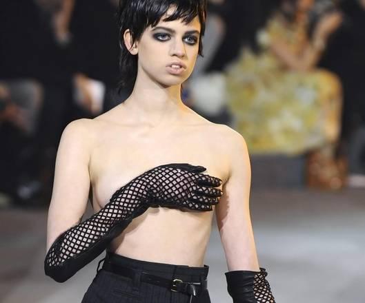 Sfilata-scandalo a NY Modella a seno nudo