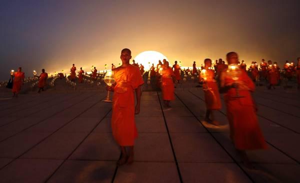 Monaci buddisti in marcia durante la Giornata Makha Bucha