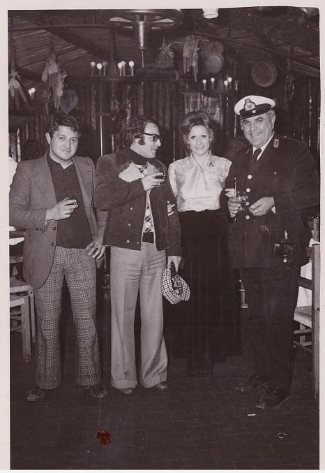 Da destra: Il comandante Vincenzo Piccolo, la cantante Vilma Doris con amici Dic. 1973 Volla (NA)