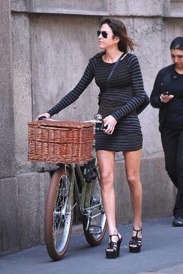 Torna la minigonna, donna al potere con la forza delle gambe