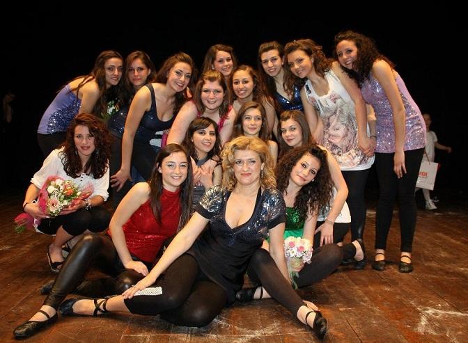 La maestra di ballo Alessandra con le sue discepole