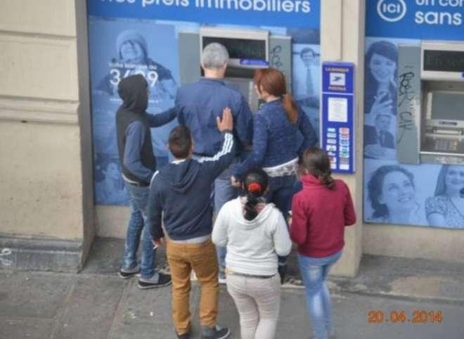 In diretta: Così la banda di rom deruba un turista accerchiato al bancomat a Parigi 1