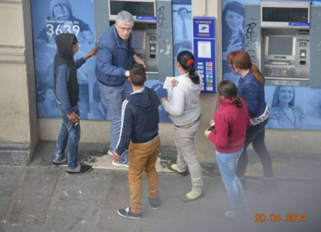 In diretta: Così la banda di rom deruba un turista accerchiato al bancomat a Parigi 2
