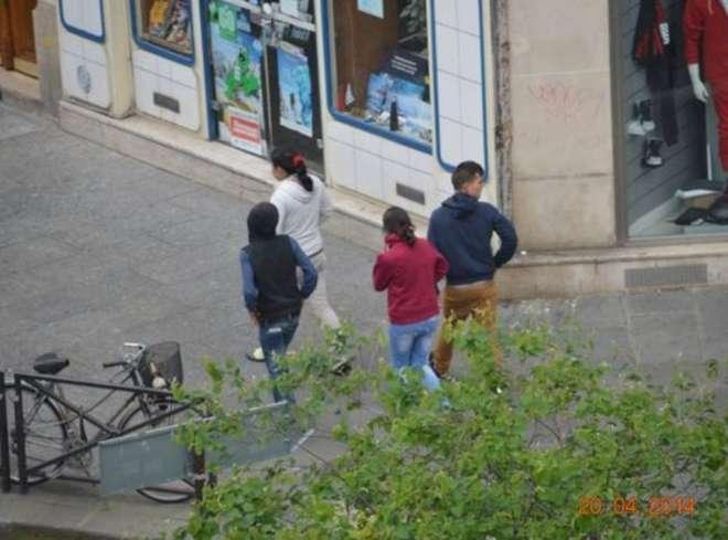 In diretta: Così la banda di rom deruba un turista accerchiato al bancomat a Parigi 4