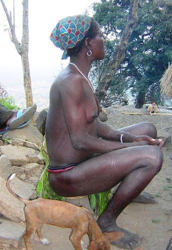 Nagmalou - Villaggio etnia Koma - donna con cache sex