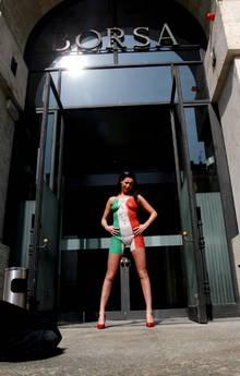Pornostar Laura Perego seminuda alla Borsa, 'Italia in mutande'