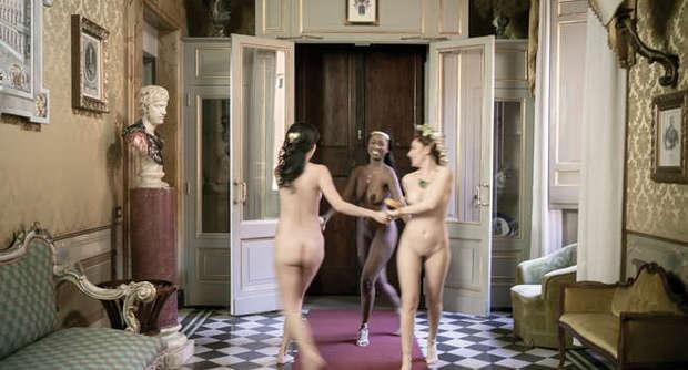 Fotografate nude a palazzo Ferrajoli: tre modelle interpretano Le Tre Grazie per l'artista londinese