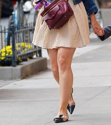 Una delle più grandi opere d'ARTE del mondo: una donna con delle belle gambe che esce dalla macchina