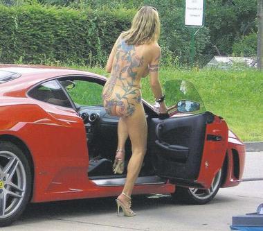 Scende nuda dalla Ferrari al distributore