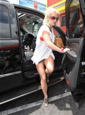 Una delle più grandi opere d'ARTE del mondo: una donna con delle belle gambe che esce dall' auto