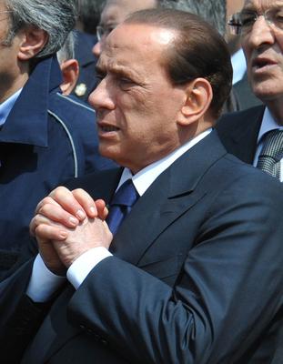 Funerali solenni a L'Aquila, il premier in preghiera -