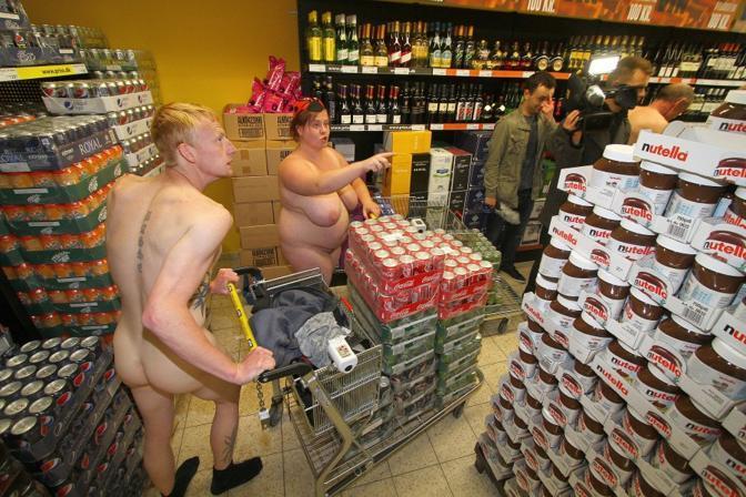 """Cagliari: """"Se venite nudi spesa gratis fino a 250 euro"""": La pazza idea di un supermarket"""