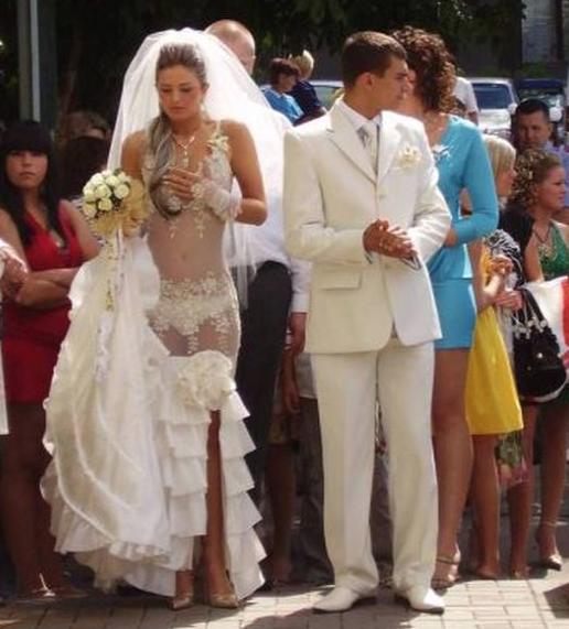 La sposa con un abito decisamente troppo osé. La giovane dell'Est europeo all'altare in mutande