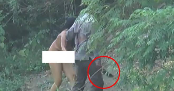 Donna umiliata in India: il marito la costringe ad andare in giro nuda minacciandola con un machete