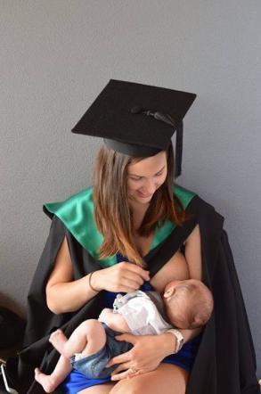Jacci, la neomamma conquista il web Allatta il figlio durante la sua laurea