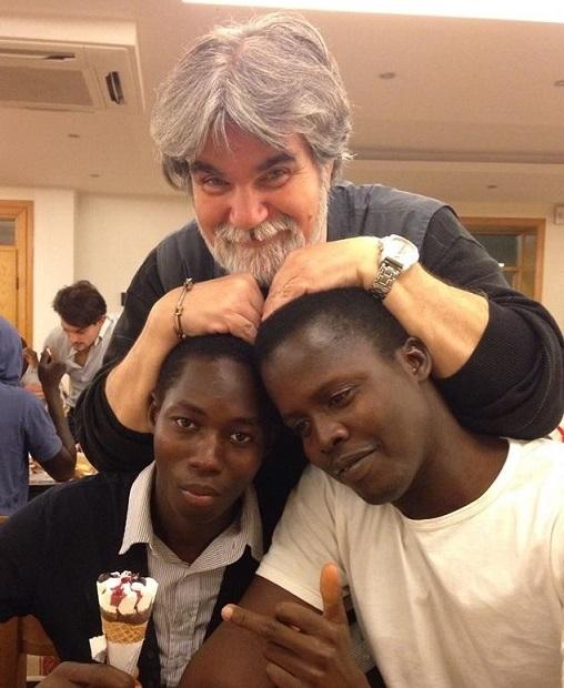 Giuseppe con due immigrati nel suo ristorante