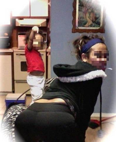 Pose sexy e bambini in lacrime, i selfie ad ogni costo delle mamme