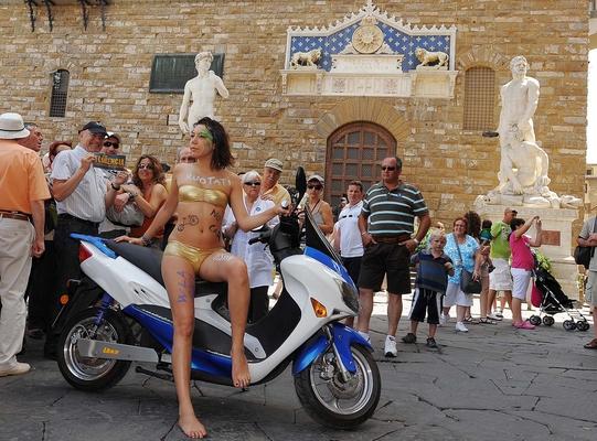 Firenze: in bikini contro lo smog, multata