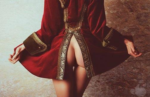 L'ultima moda delle donne, passeggiare senza l'intimo