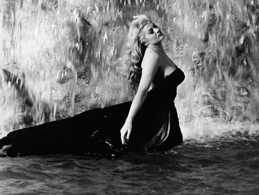 """Addio all'indimenticabile Anita Ekberg, musa di Fellini e simbolo della """"Dolce vita"""""""